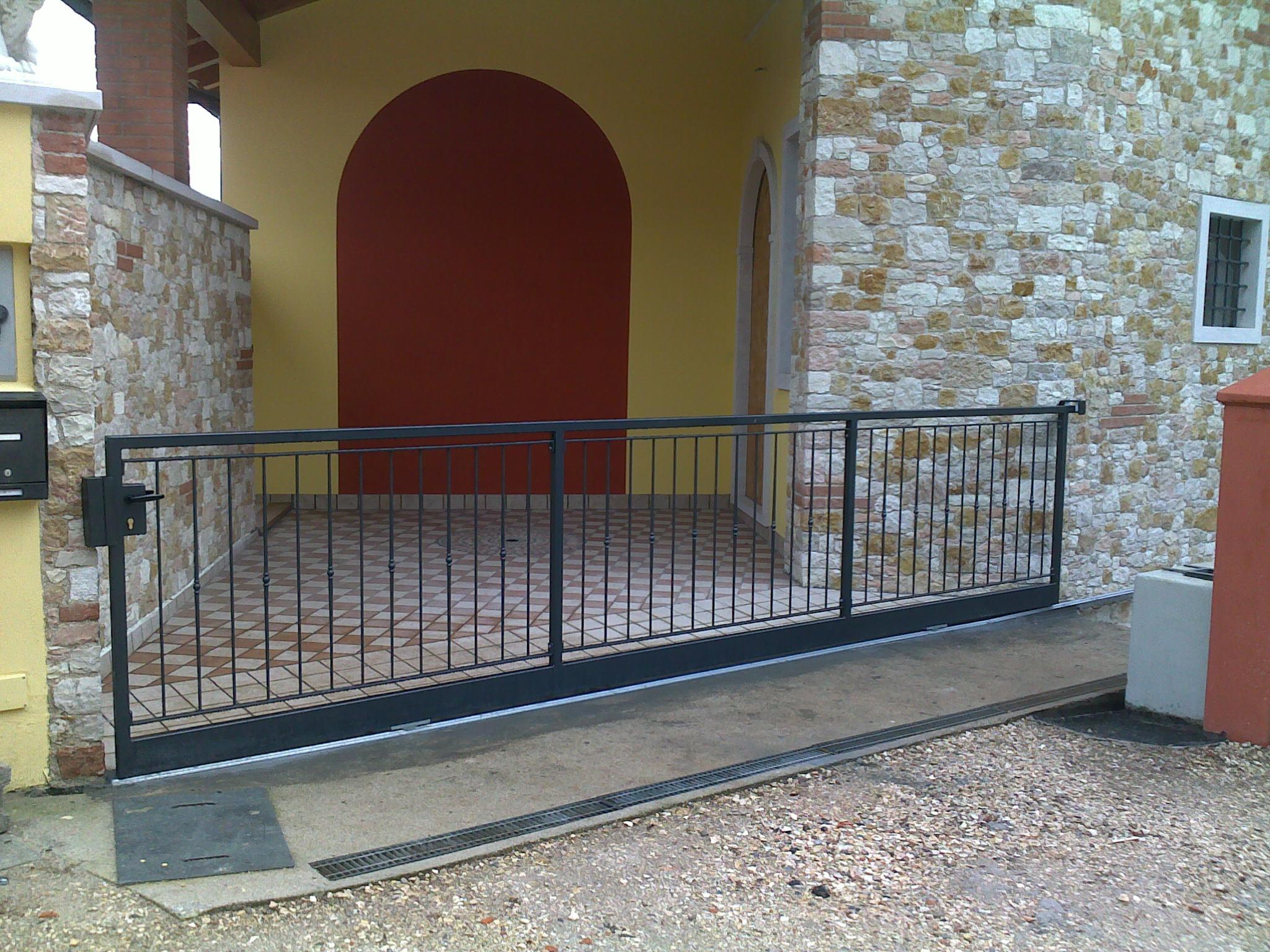 Foto di cancelli in ferro per recinzioni in pietra e marmo for Foto cancelli scorrevoli in ferro