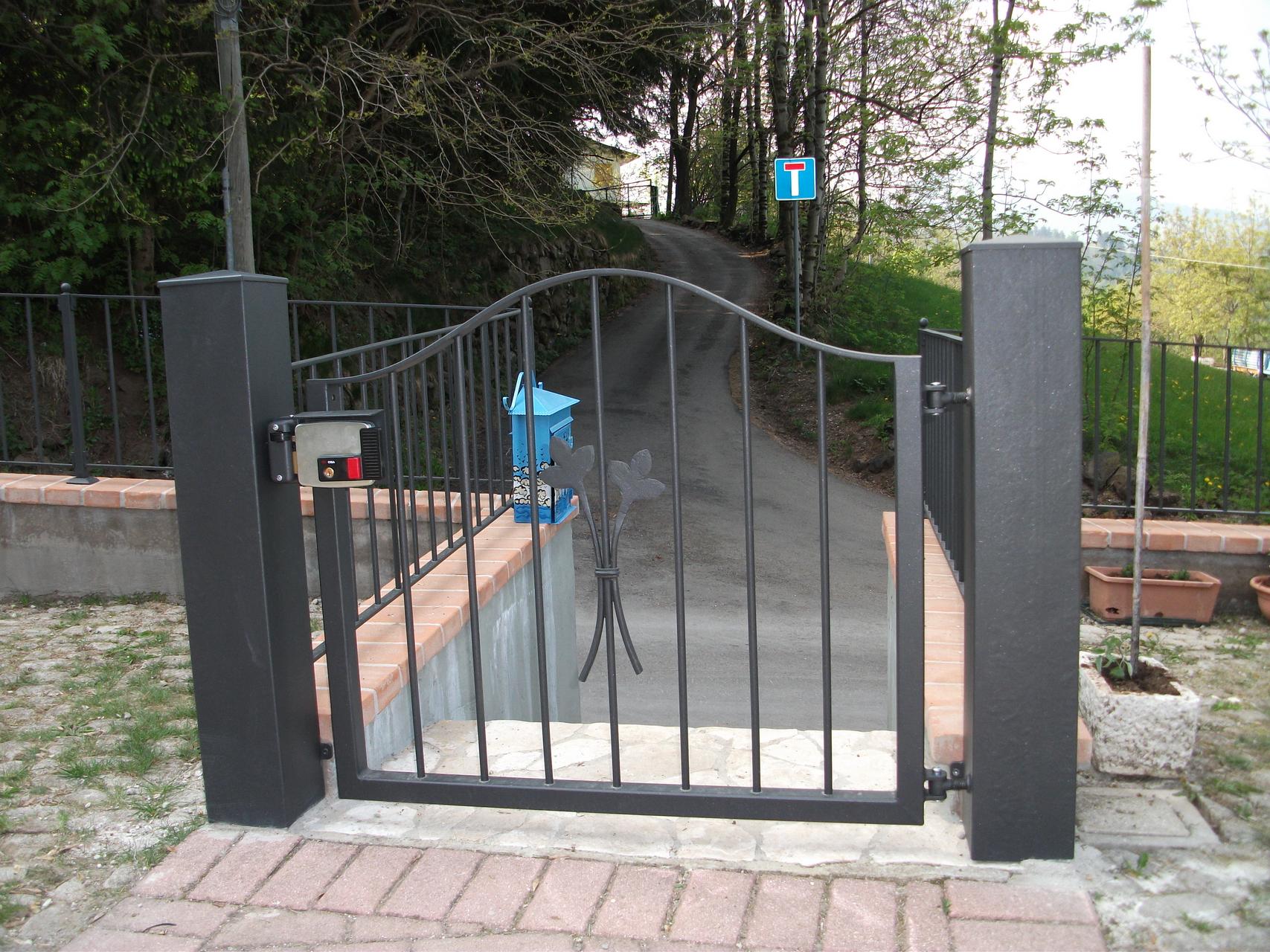 Foto di cancelli in ferro per recinzioni in pietra e marmo for Immagini cancelli in ferro