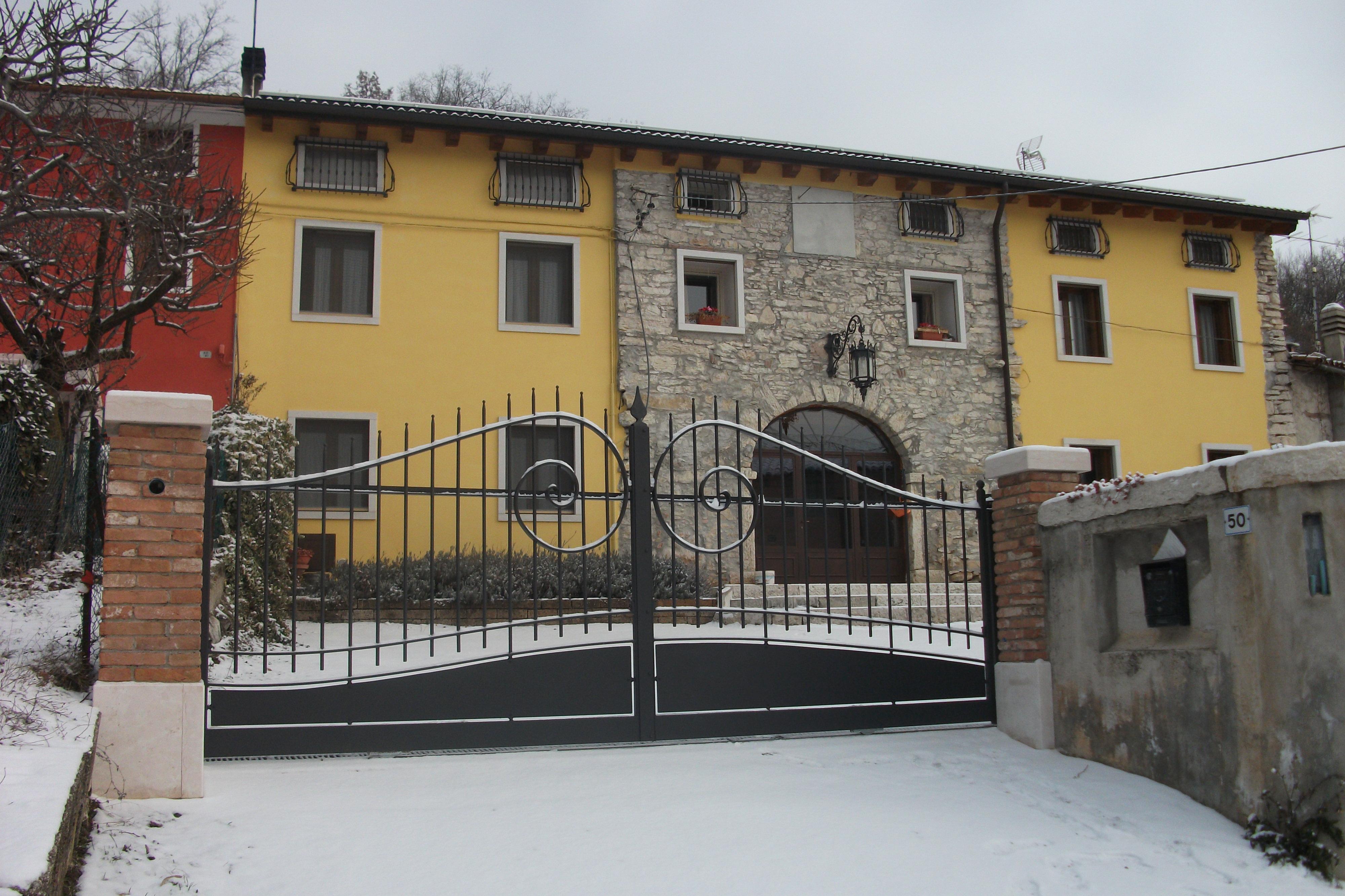 Foto di cancelli in ferro per recinzioni in pietra e marmo for Lance per cancelli in ferro