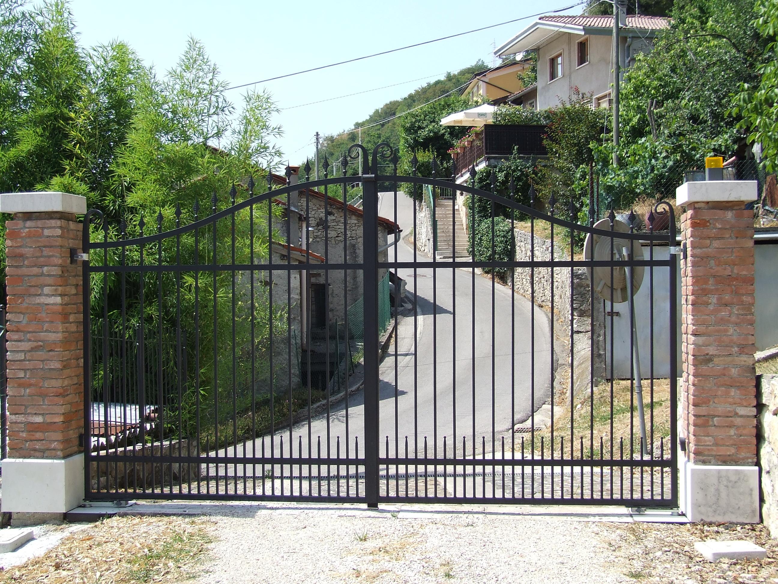 Foto di cancelli in ferro per recinzioni in pietra e marmo for Cancelli ferro battuto foto