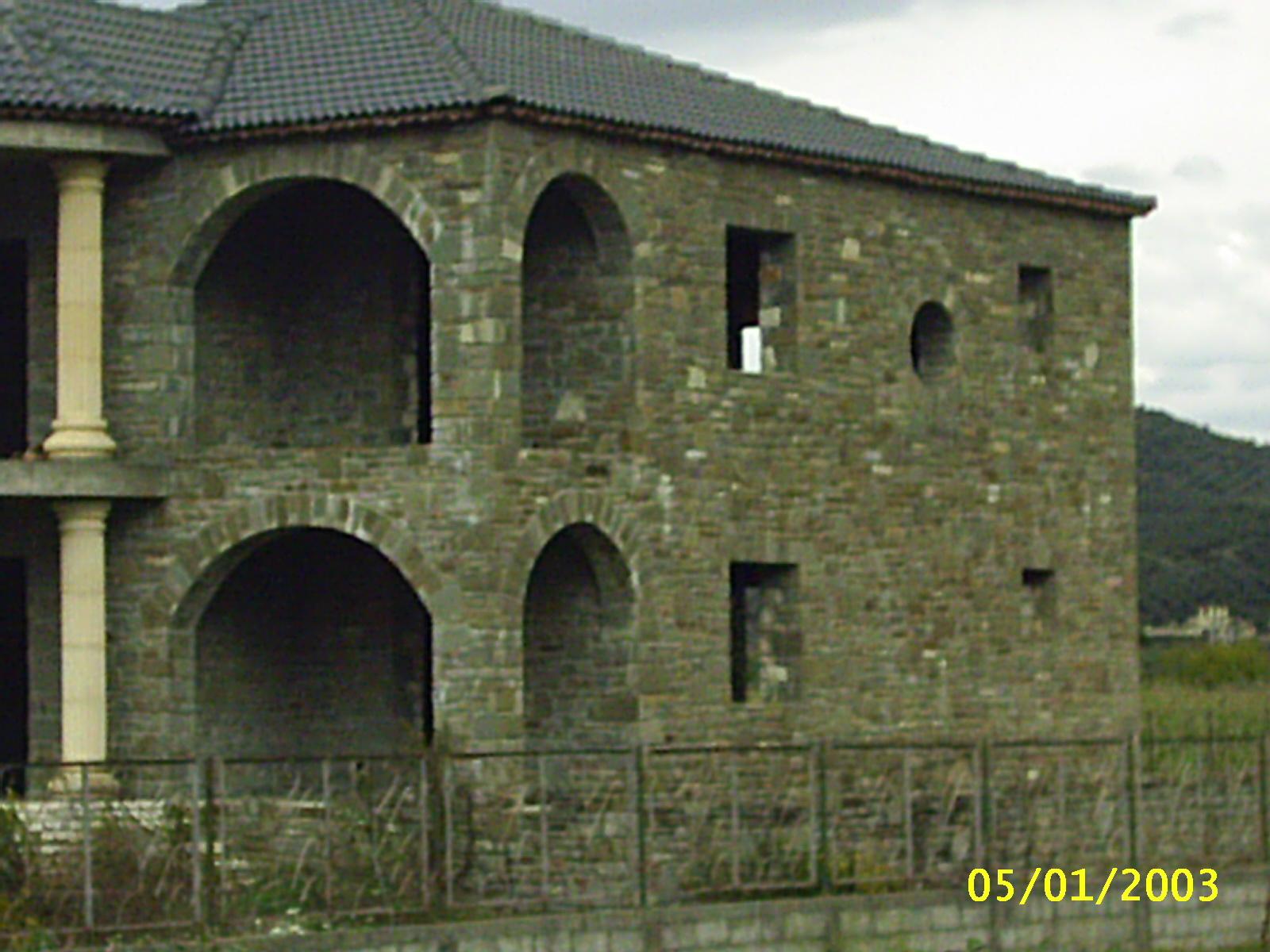 Trendy casa rivestita in pietra albanese with facciata for Piani di casa di roccia