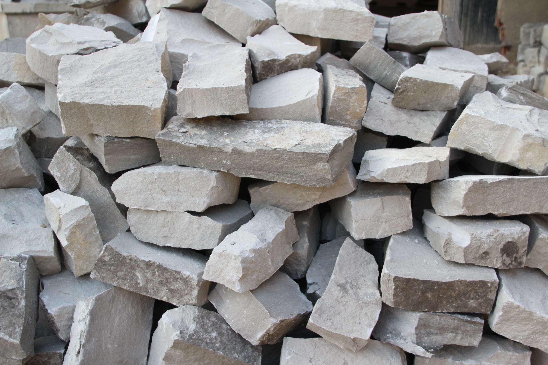 Foto spaccati di marmo e tranciati per muri for Prezzi mattoni in tufo da giardino