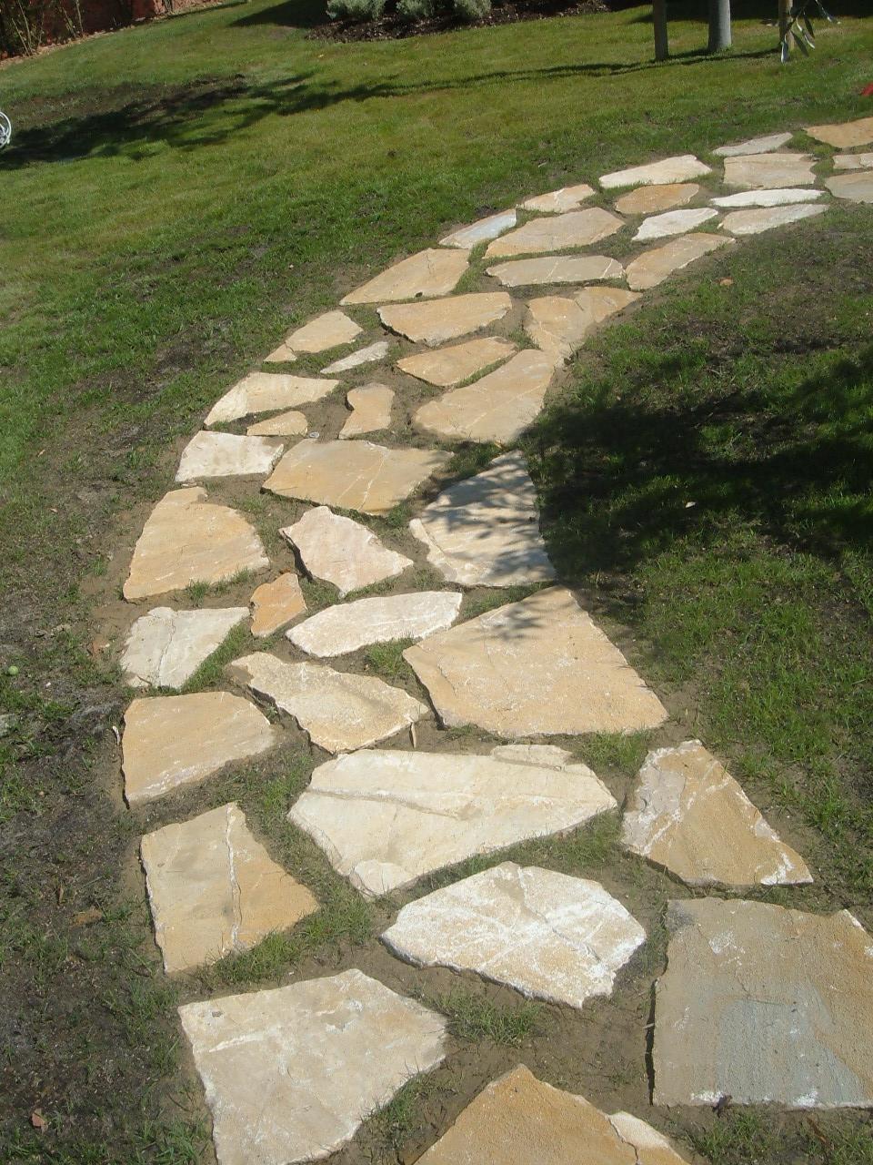 Immagini di pietre per viali o camminamenti esterni da for Sassi finti per giardini