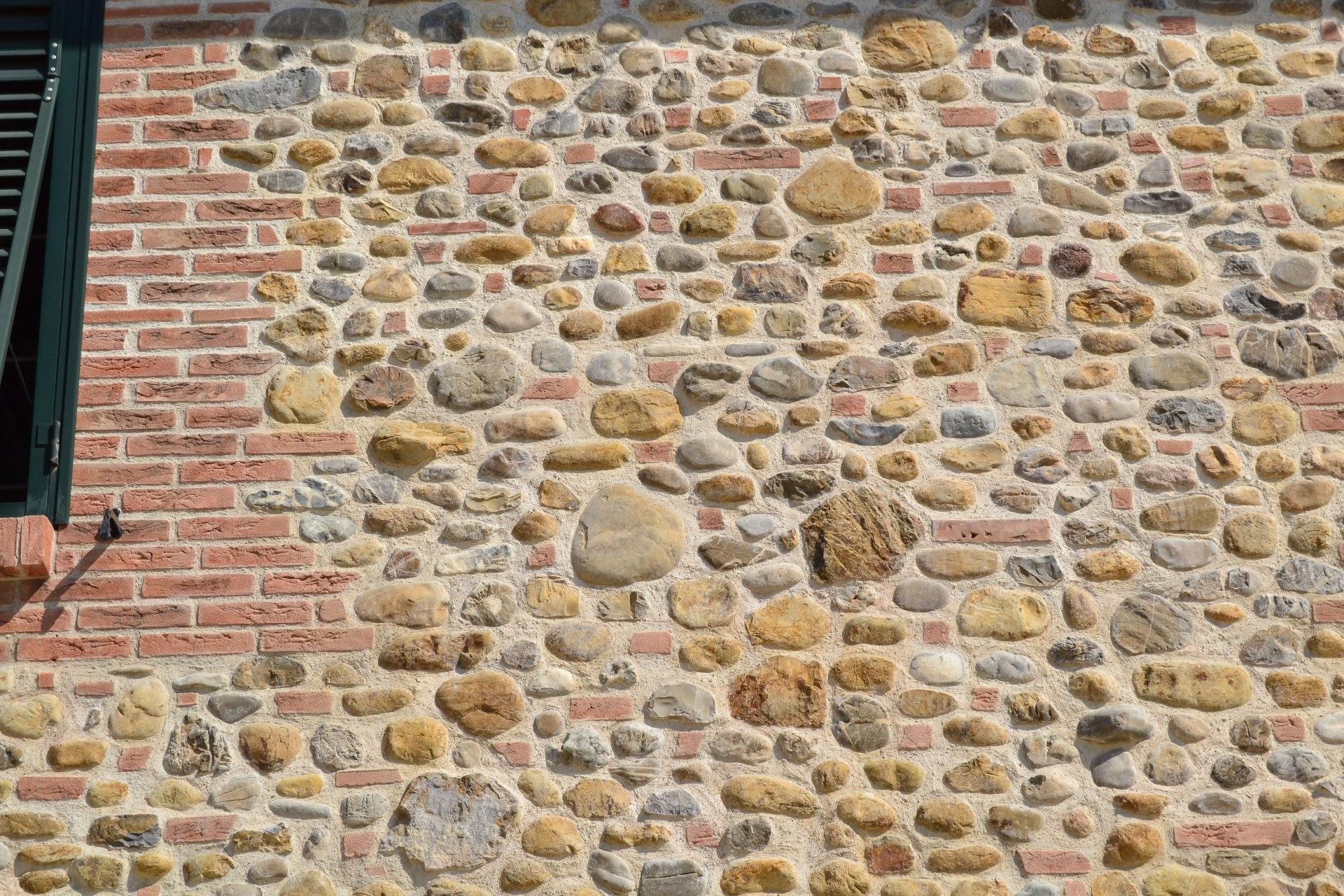 Foto sassi per muri e tranciati di marmo for Pietre di fiume