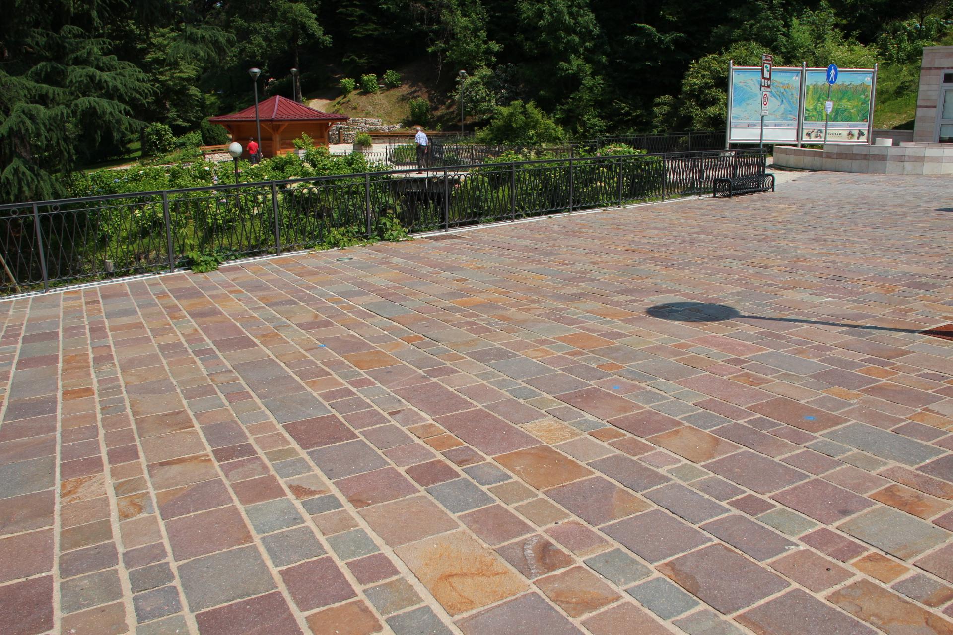 Foto pietre e porfidi per esterno per viali for Pavimento da giardino