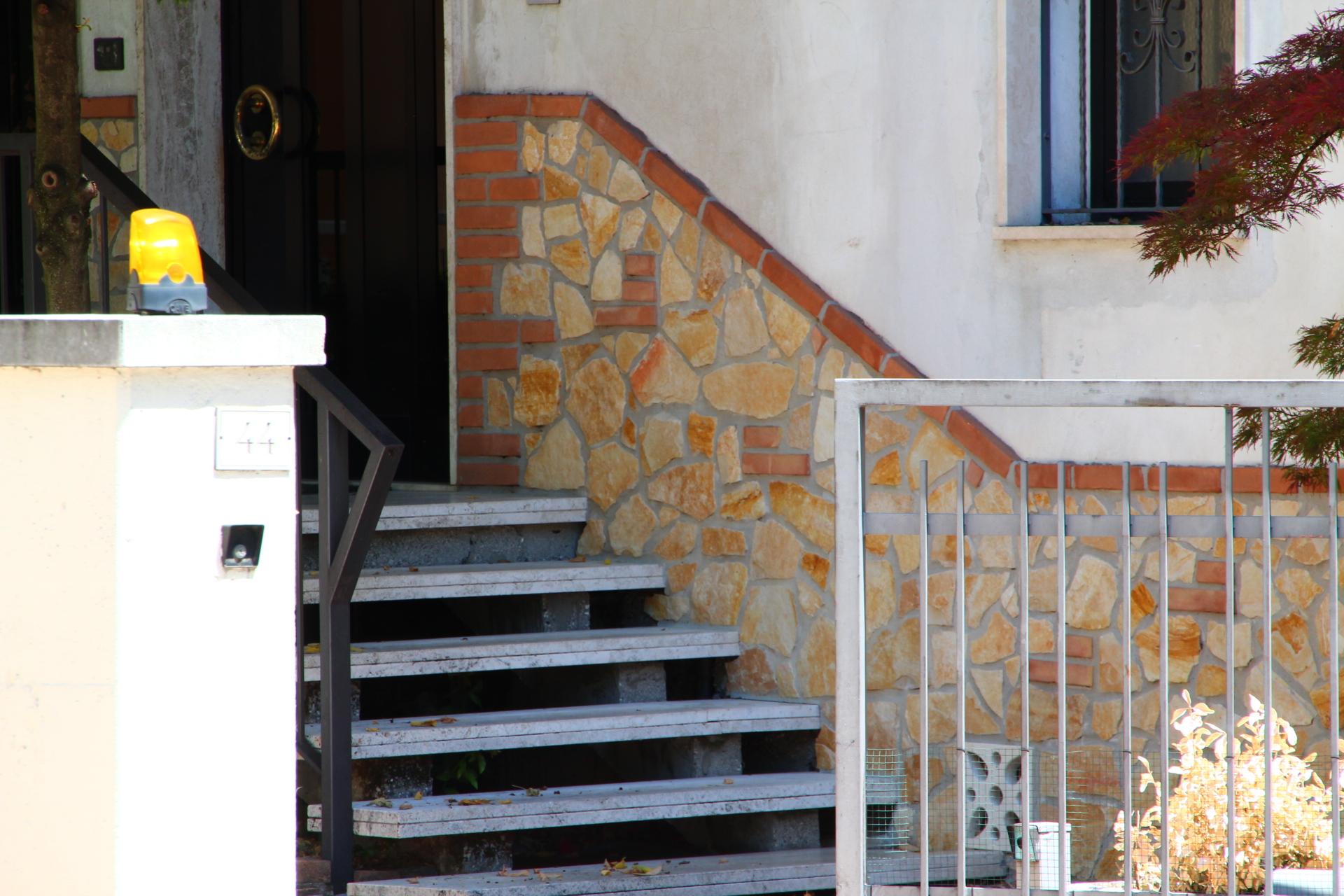 Foto di pietre per il rivestimento di muri esterni o interni for Pietra da esterno casa