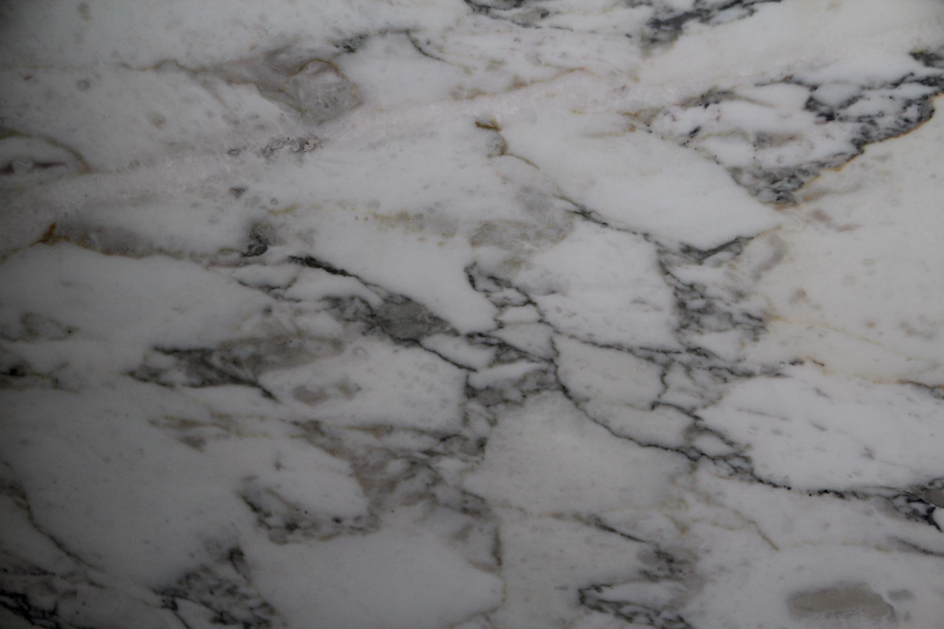 Foto di marmi e pietre di colore chiaro o bianco for Marmo di carrara prezzo