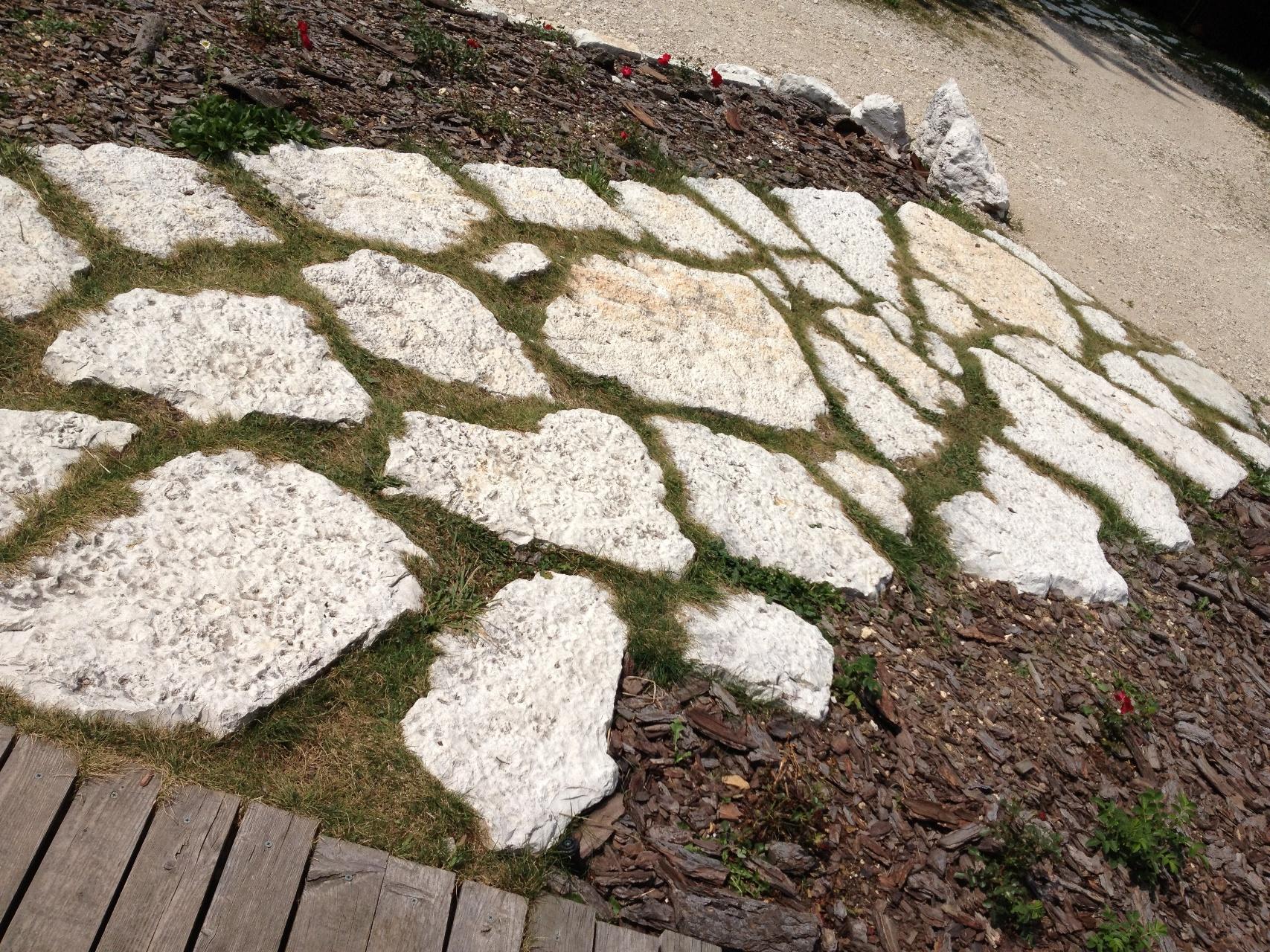 Immagini di pietre per viali o camminamenti esterni da for Esterni per giardino