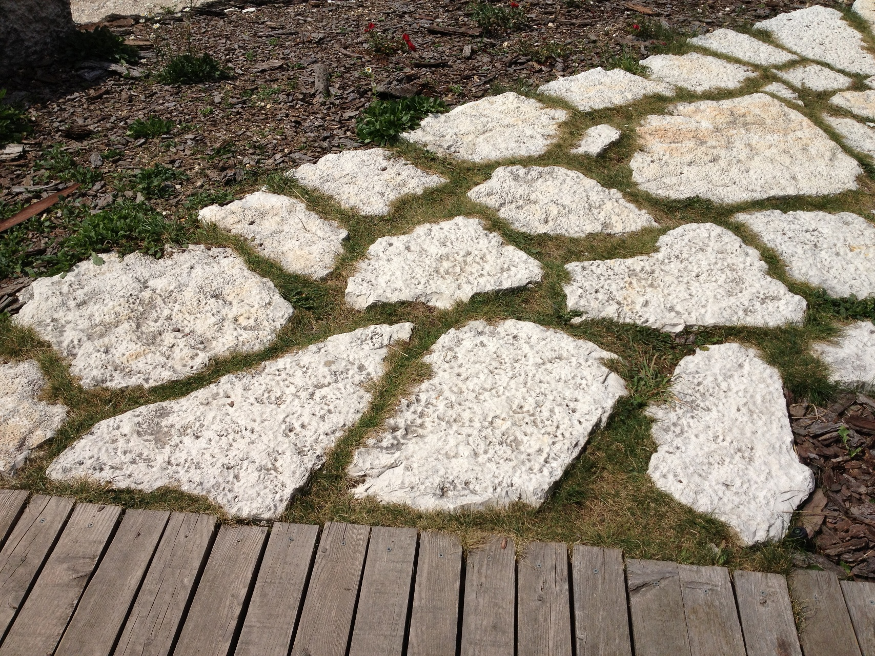 Immagini di pietre per viali o camminamenti esterni da for Ciottoli da giardino leroy merlin