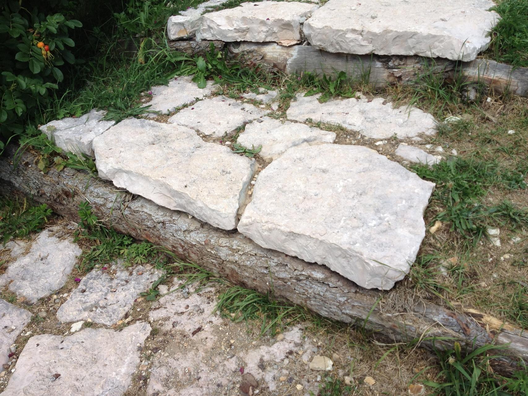 Immagini di pietre per viali o camminamenti esterni da for Stampi per piastrelle da giardino