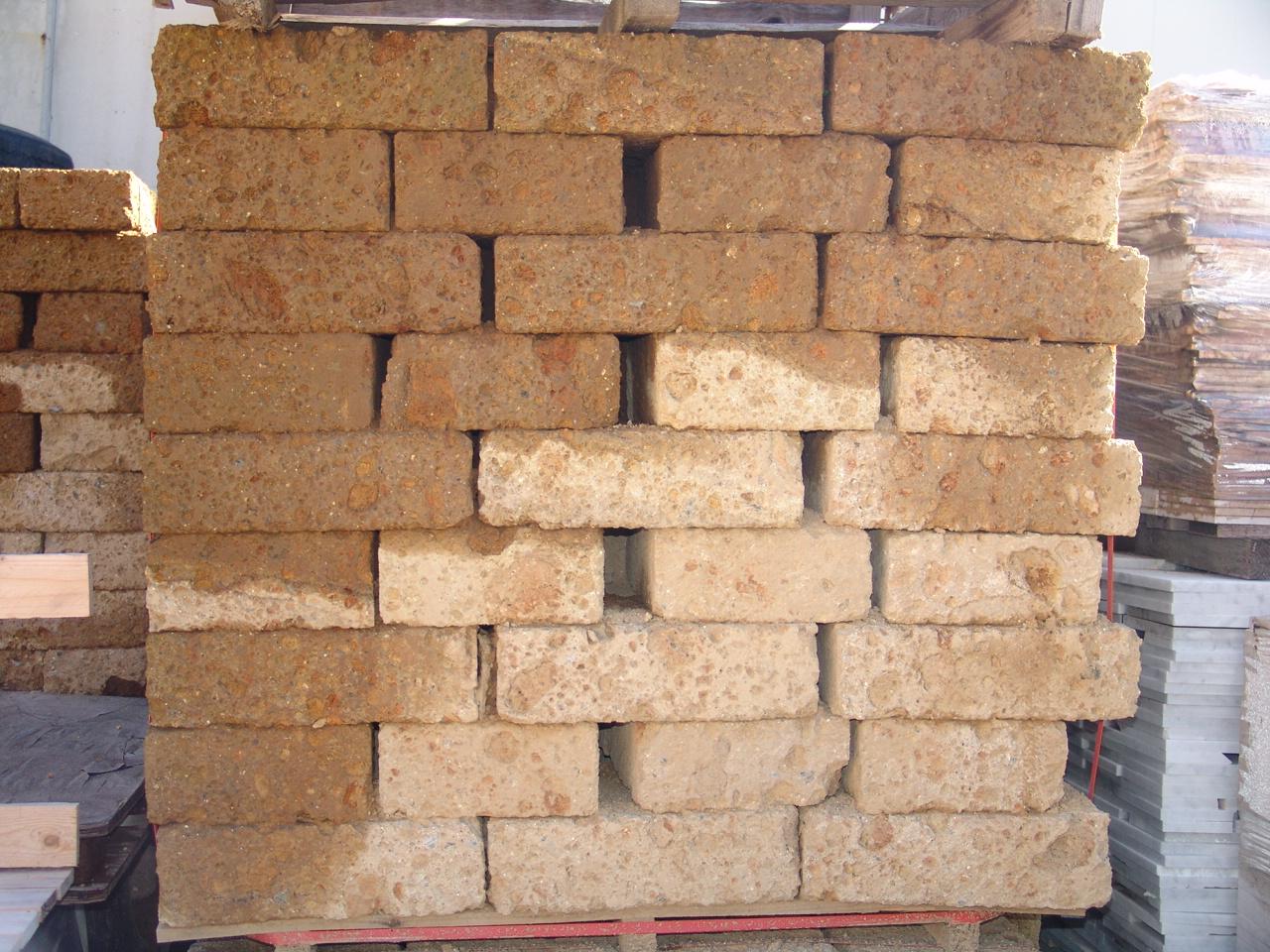 Foto di mattoni di tufo per muri o per costruzioni a prezzi basssi - Mattoni per giardino ...