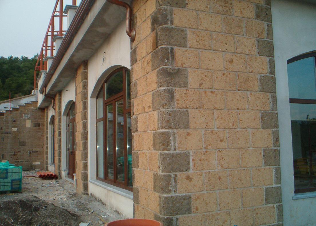 Foto di mattoni di tufo per muri o per costruzioni a for Casa vittoriana in mattoni