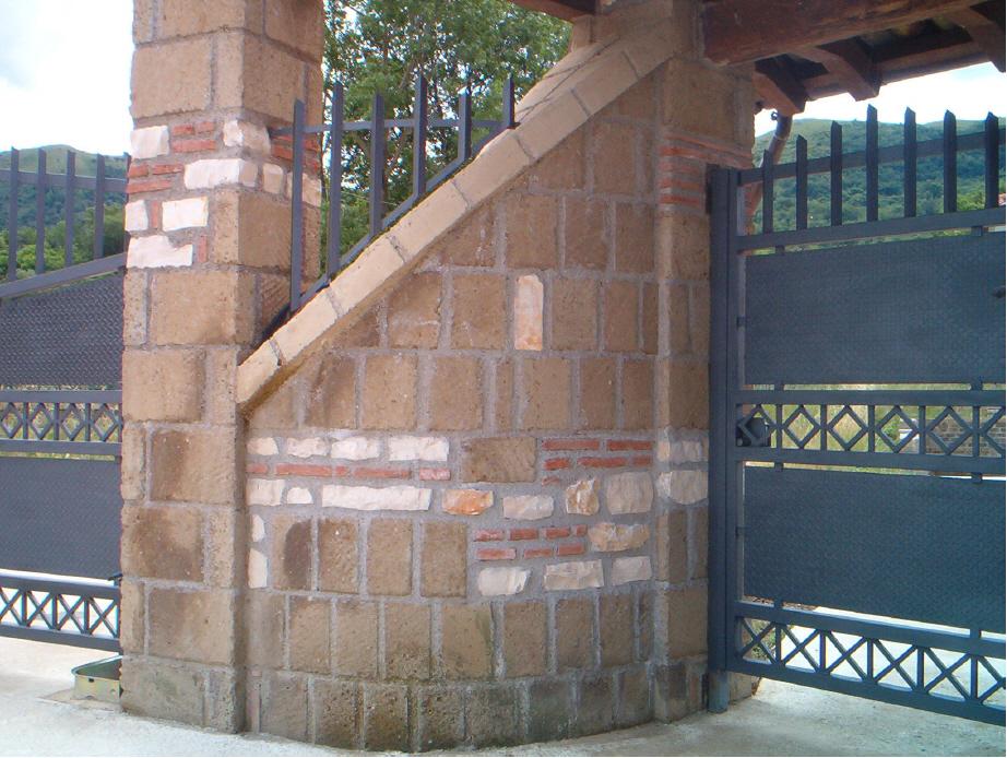 Foto di mattoni di tufo per muri o per costruzioni a for Piani di casa di mattoni
