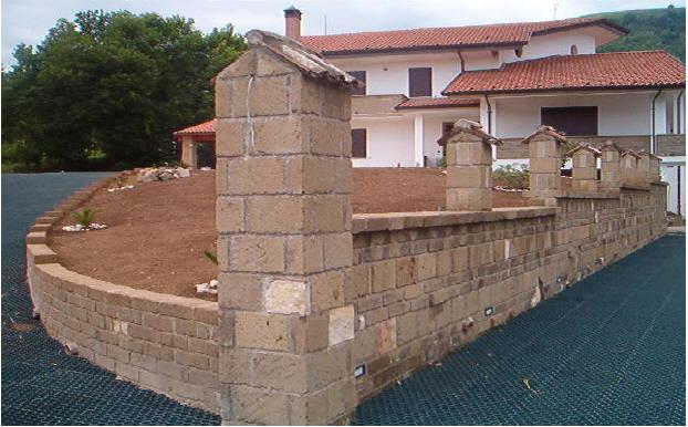 Foto di mattoni di tufo per muri o per costruzioni a for Mattoni tufo giardino