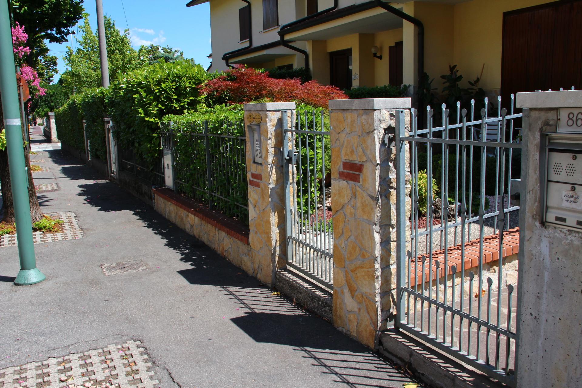 Ingresso Casa Esterno In Pietra foto pietre per rivestimento muri colore giallo.