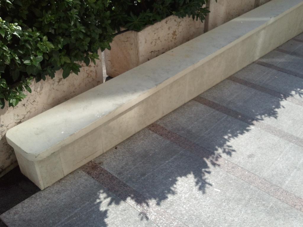 Casa moderna roma italy muretti di recinzione in pietra - Muretti in pietra giardino ...