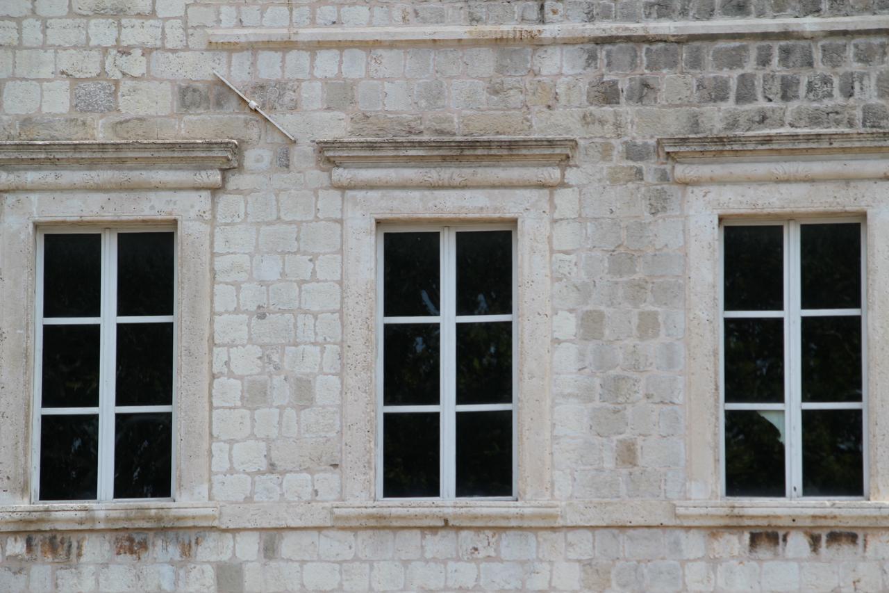 Foto di finestre di marmo con balcone - Cornici finestre in pietra ...