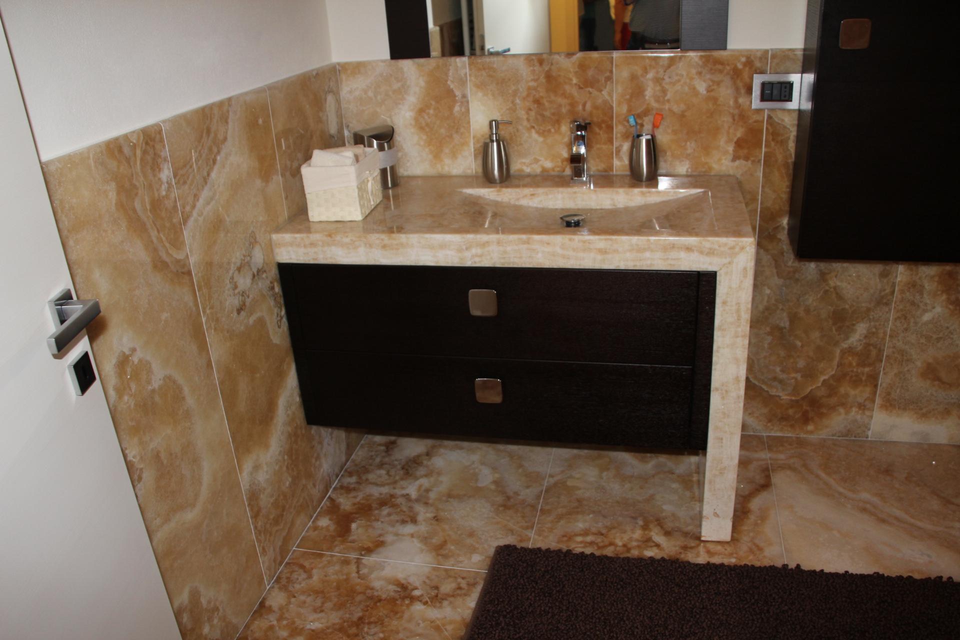 bagno in marmo travertino