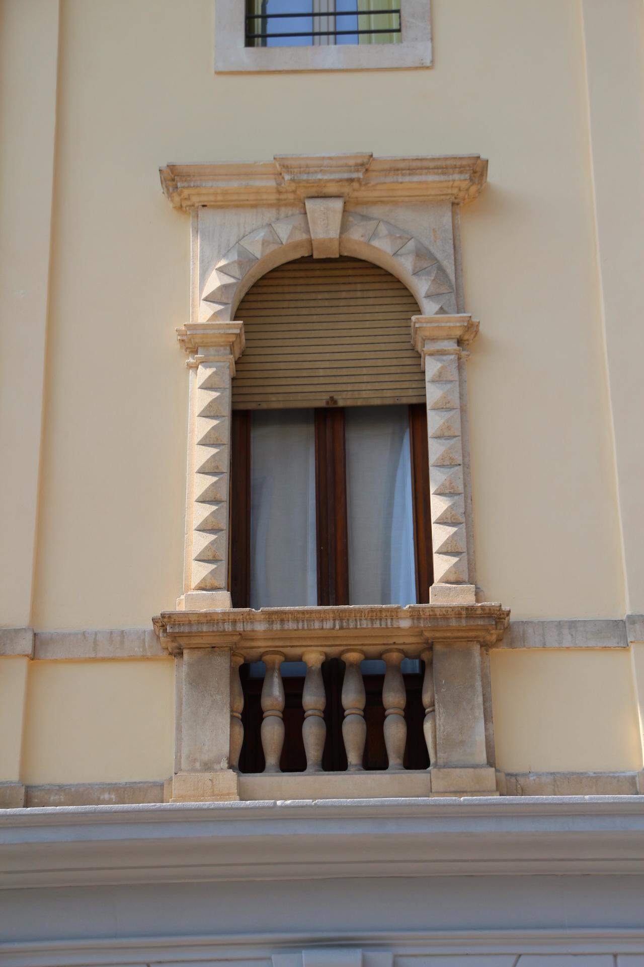 Foto di finestre di marmo con balcone - Foto di finestre ...