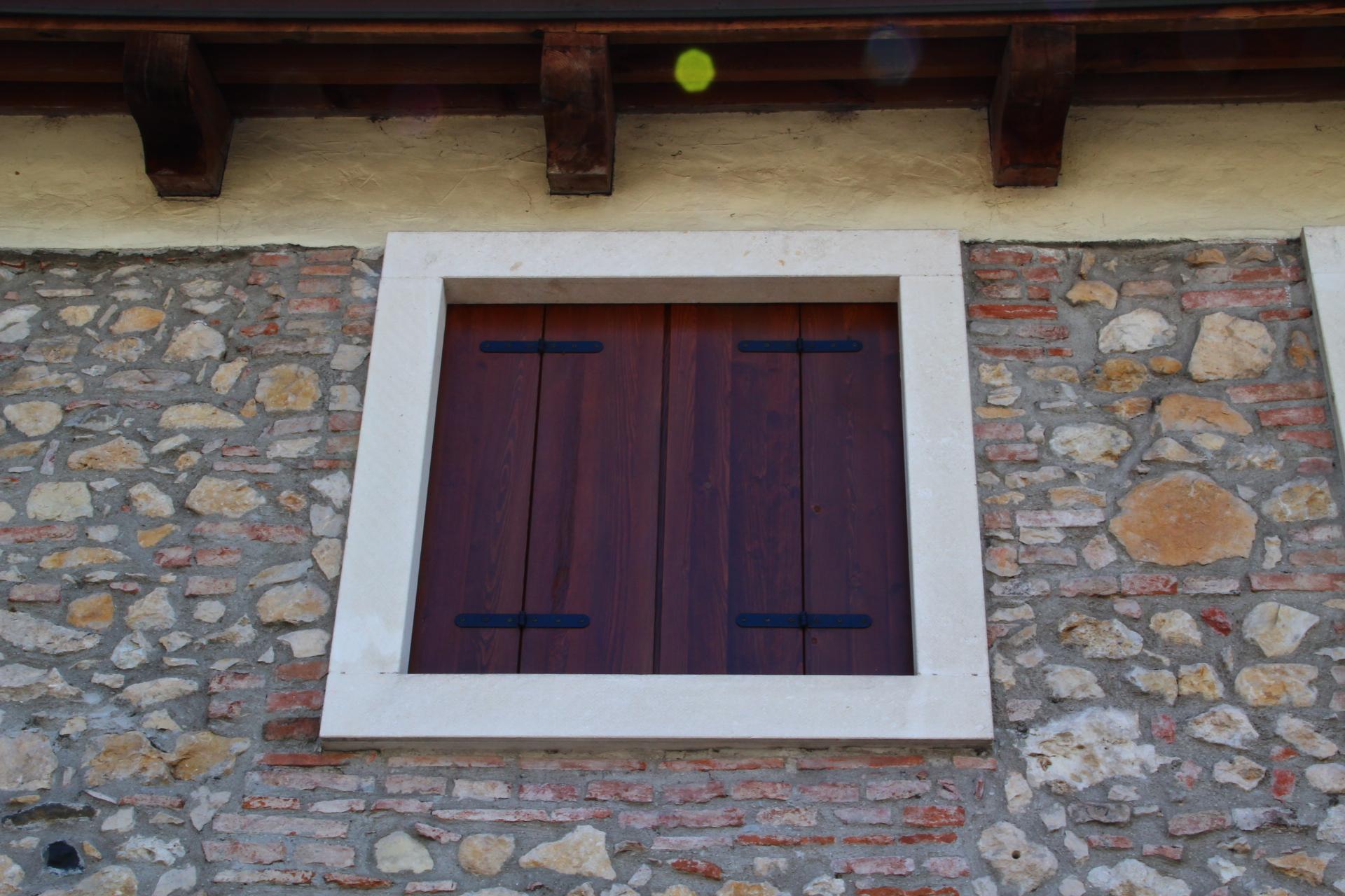 Immagini di finestre e balconi di pietra e marmo zem - Davanzali per finestre ...