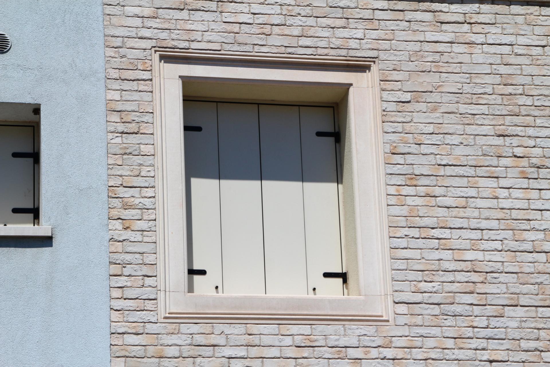 Immagini di finestre e balconi di pietra e marmo zem - Porte e finestre vicenza ...