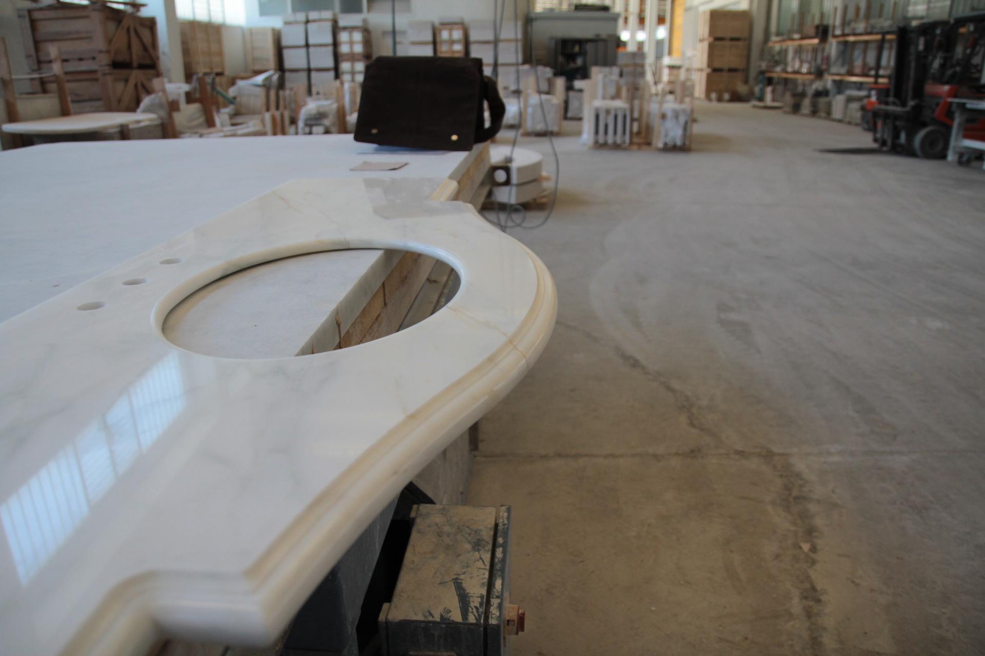 Foto di top da bagno in marmo o pietra - Bagno in marmo bianco ...