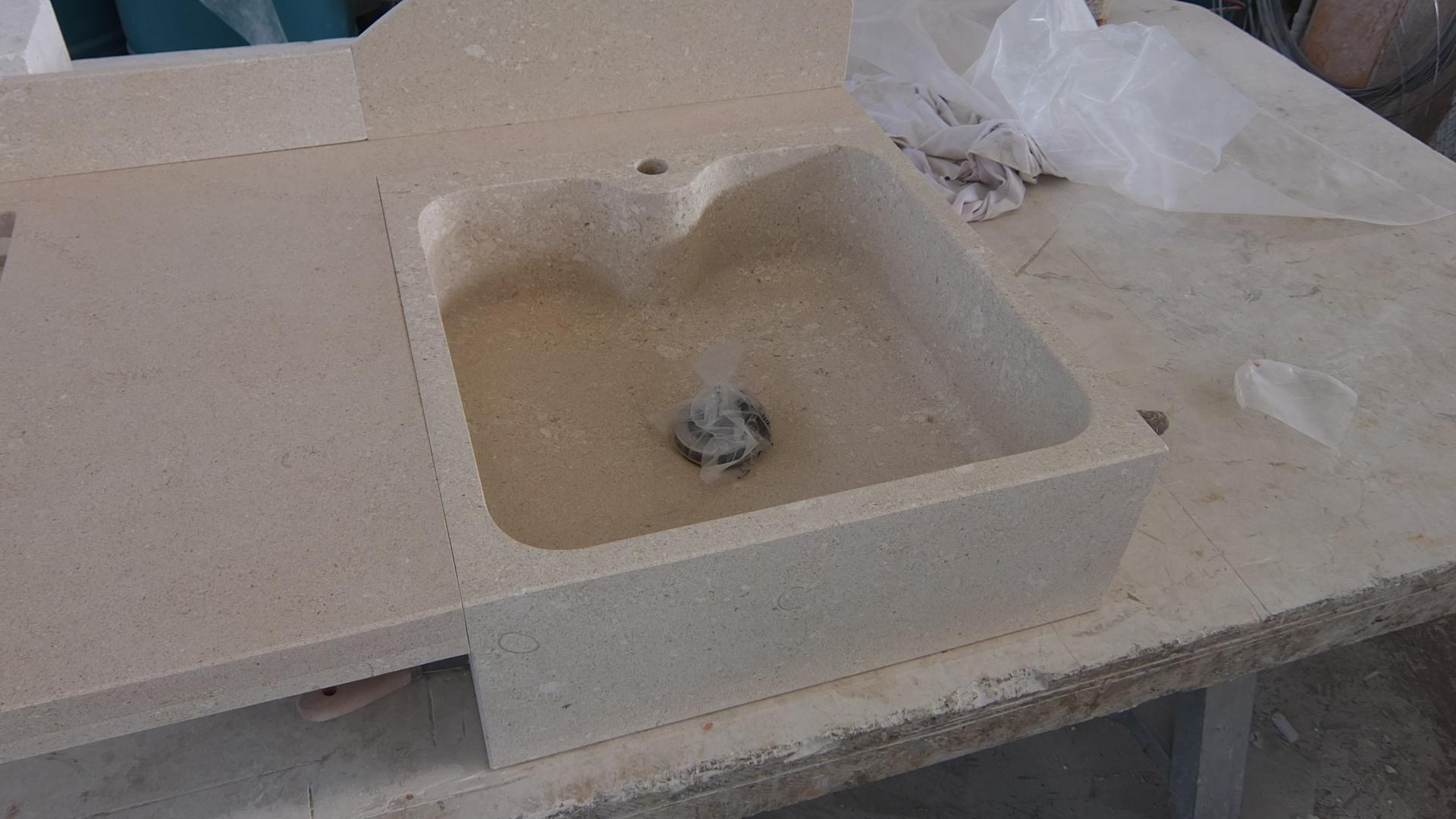 Foto top cucina con lavello for Piani di fattoria in pietra