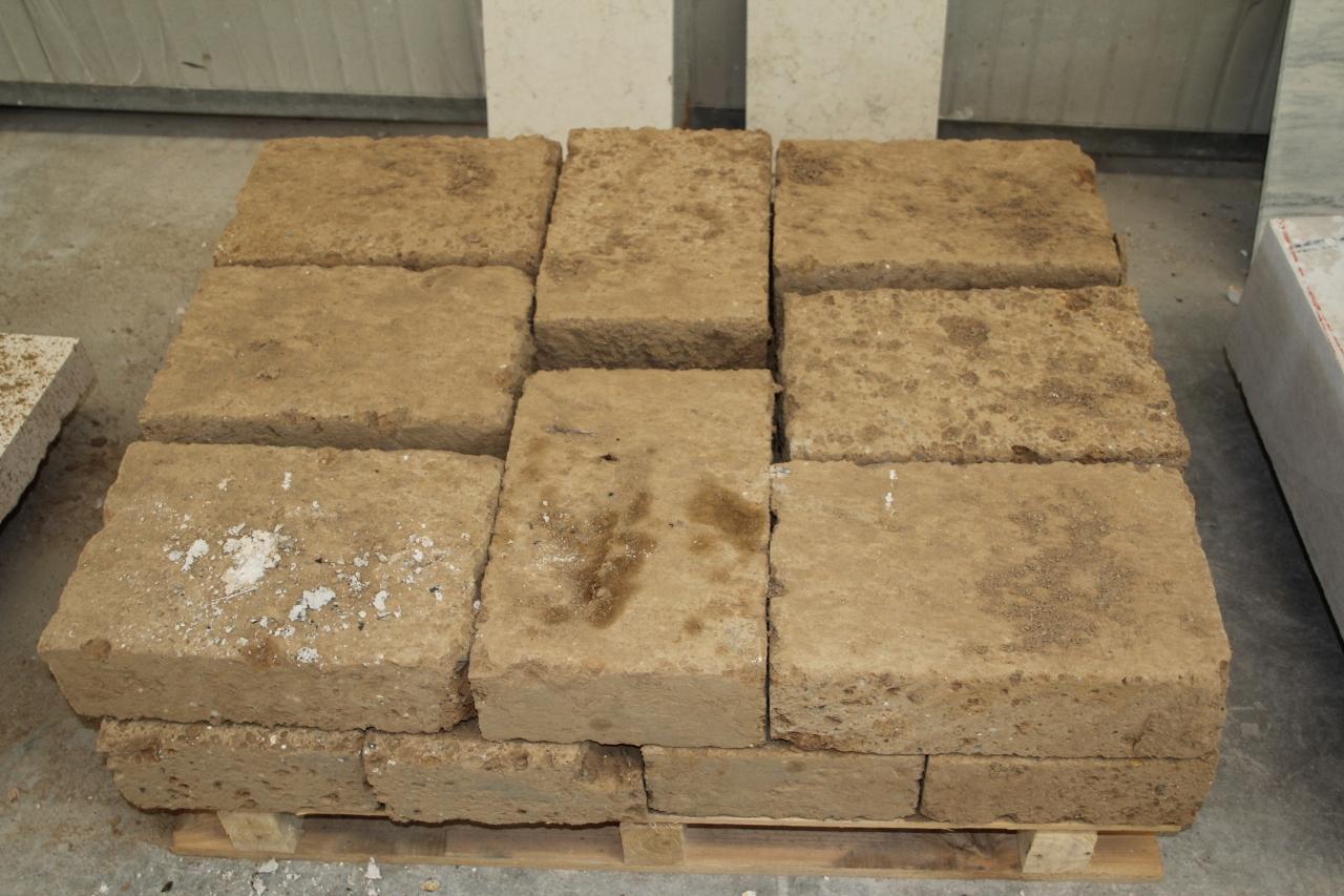 foto di mattoni di tufo per muri o per costruzioni a