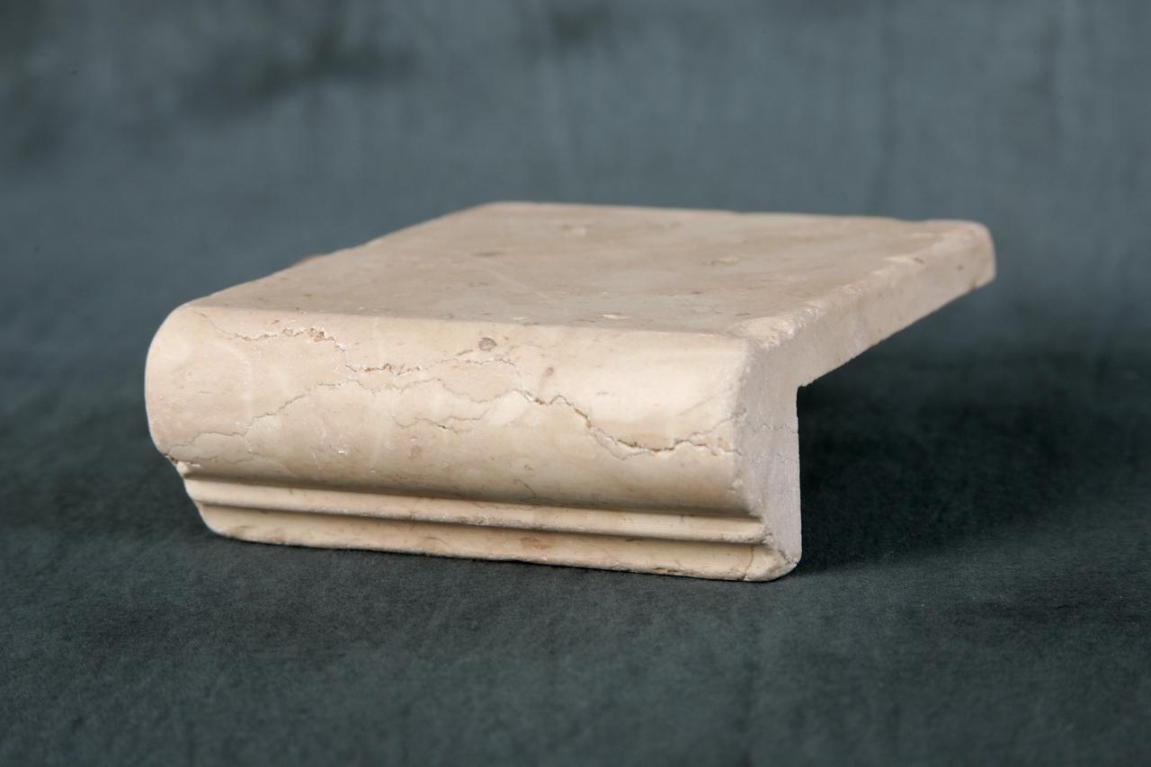 Foto di elementi ad angolo burattati di marmo.