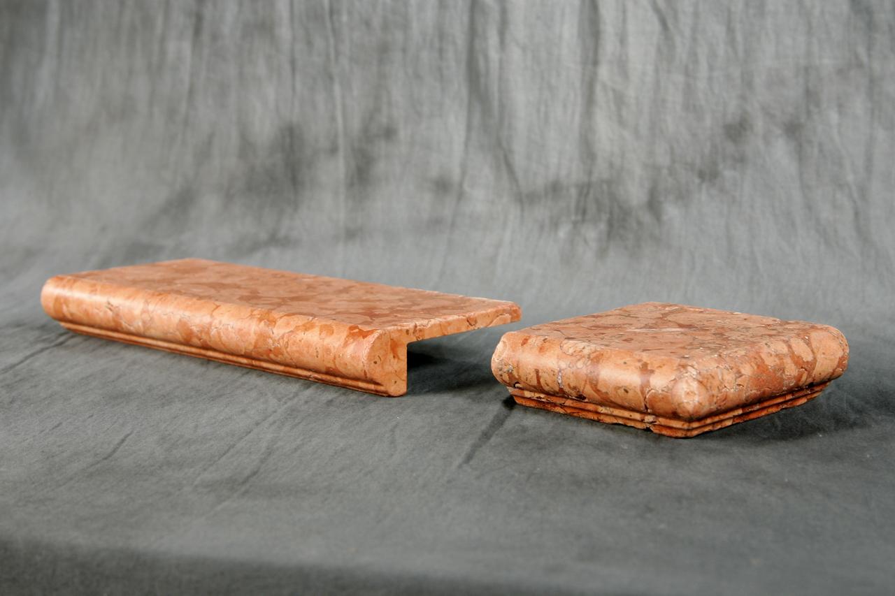 Davanzali In Marmo Botticino foto di elementi ad angolo burattati di marmo.